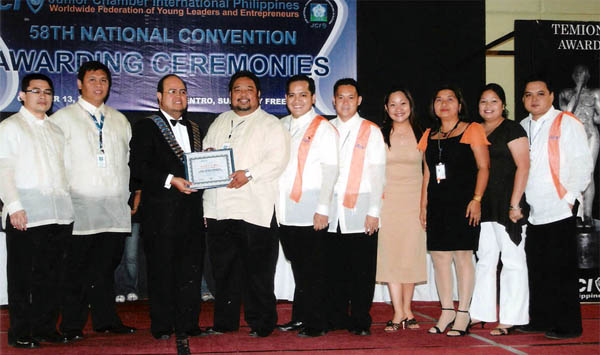 "Receiving the Merit Award for Most Outstanding New JCI Local Organization from 2006 National President Ismael Maeng Penado. From L-R: 2006 National Secretary General Raphael Angelo ""Rip"" Lesaca, 2006 National Treasurer Glenn Santos, NP Maeng, 2006 JCI Cebu-Mactan Channel members led by President Cerwin Eviota, Secretary Angelo Daniel Parcon, Individual Development Director Jolex Yu Lim, GLC Elaine Bathan, Joy Trachsler, Rose Pulido and PRO Eli Espina"